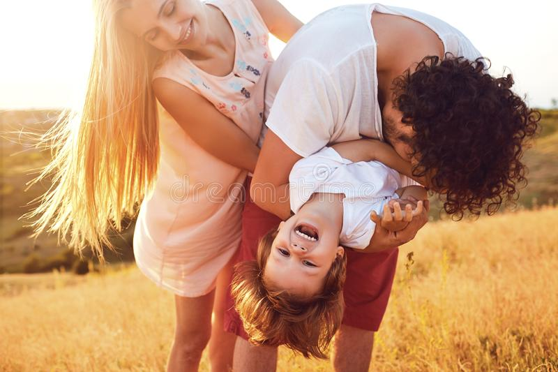 Gl?ckliche Familie, die den Spa? spielt in der Natur hat lizenzfreies stockfoto