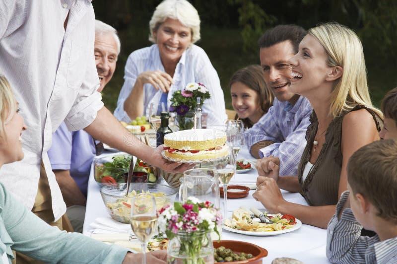 Glückliche Familie, die draußen Geburtstag feiert lizenzfreie stockbilder