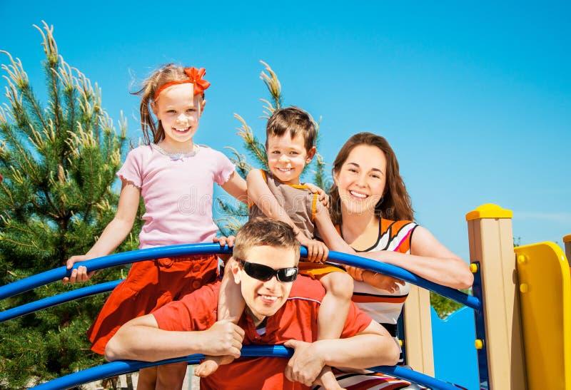Glückliche Familie, die draußen stillsteht stockfotografie