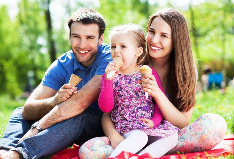 Glückliche Familie, die Eiscreme isst lizenzfreies stockbild