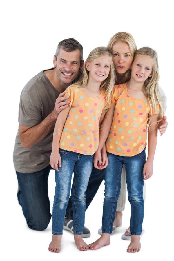 Glückliche Familie, die für die Kamera aufwirft lizenzfreies stockfoto