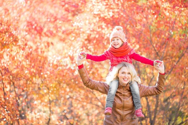 Glückliche Familie, die in Fall geht stockfotografie