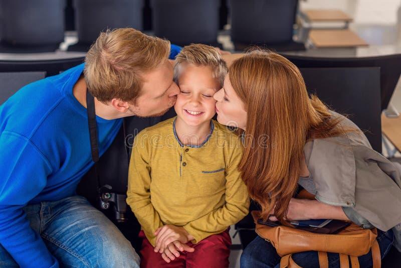 Glückliche Familie, die am Flughafen umarmt lizenzfreie stockfotos