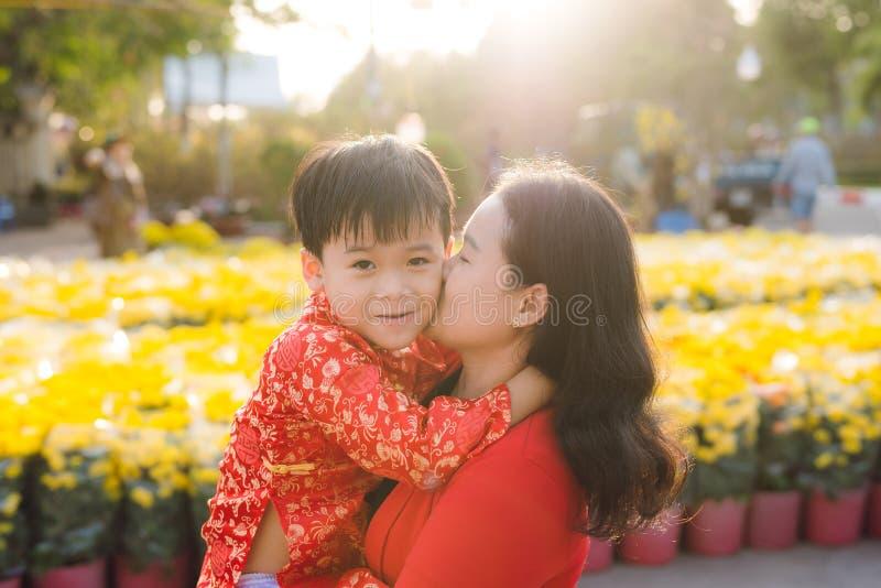 Glückliche Familie, die Foto im Tet-Blumenmarkt macht stockfotografie