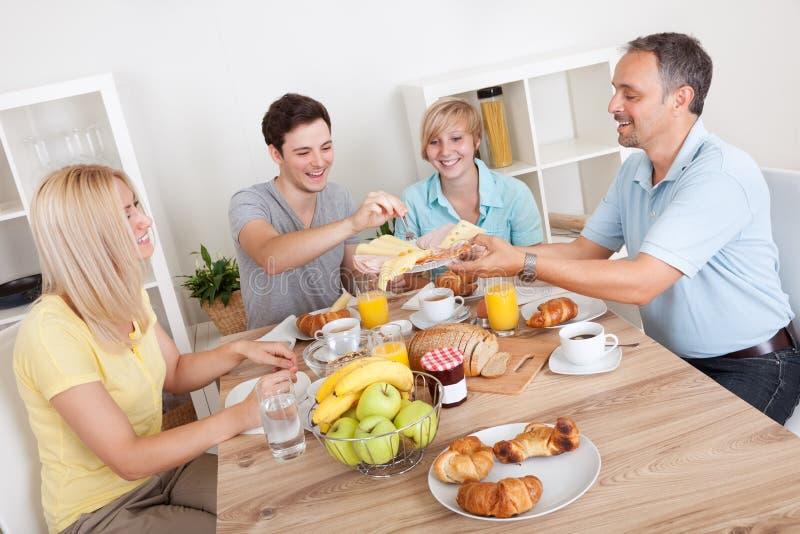 Glückliche Familie, die Frühstück genießt stockfotos