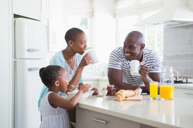 Glückliche Familie, die Frühstück sitzt und nimmt lizenzfreie stockbilder