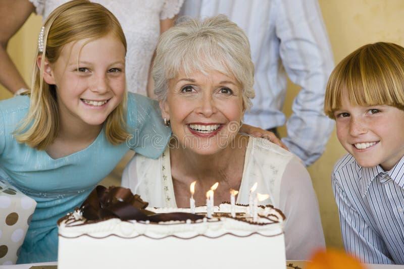 Glückliche Familie, die Geburtstag feiert stockbild