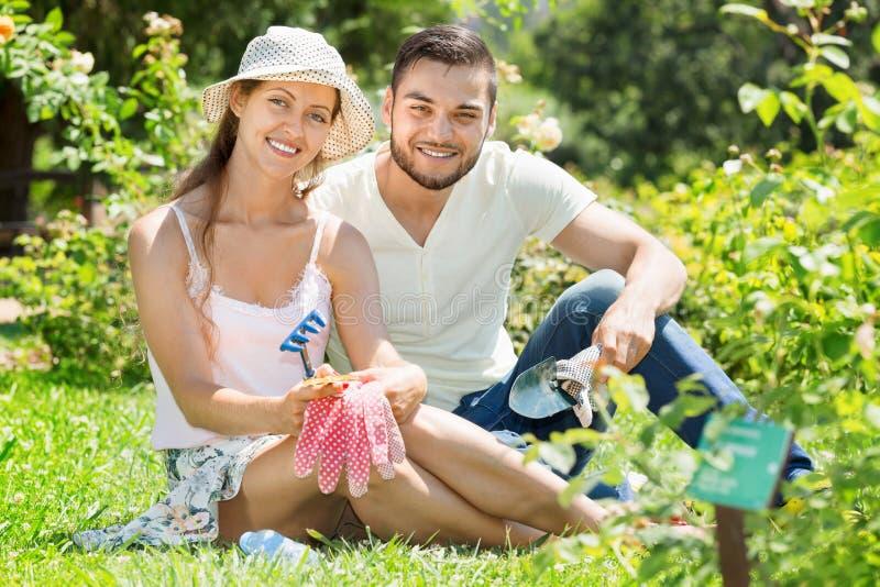 Glückliche Familie, die im Garten arbeitet stockfotografie