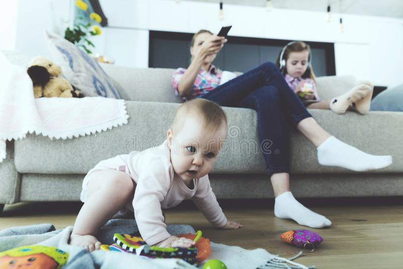 Glückliche Familie, die im hellen Wohnzimmer stillsteht stockbild
