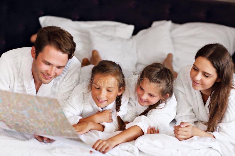 Glückliche Familie, die im Hotelzimmer sich entspannt lizenzfreie stockfotografie