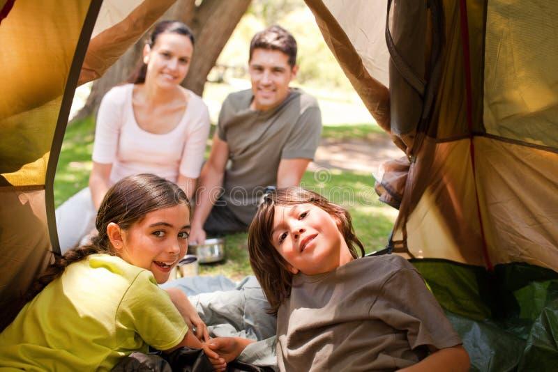 Glückliche Familie, die im Park kampiert stockfoto