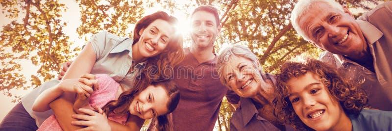 Glückliche Familie, die im Park lächelt lizenzfreie stockfotos