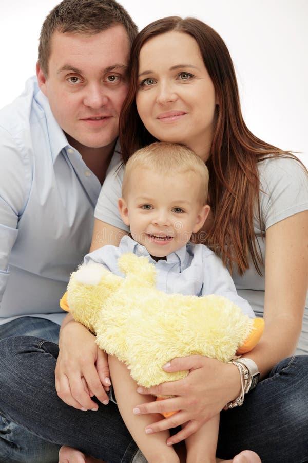 Glückliche Familie, die mit kleinem Sohn aufwirft. lizenzfreies stockfoto