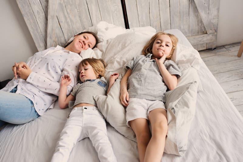 Glückliche Familie, die morgens im Schlafzimmer spielt stockfoto