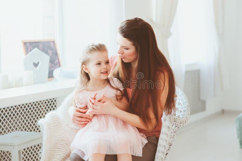 Glückliche Familie, die Muttertag feiert lizenzfreie stockfotos
