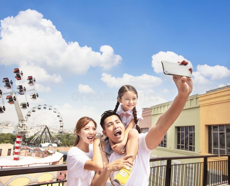 Glückliche Familie, die selfie im Park nimmt lizenzfreie stockbilder