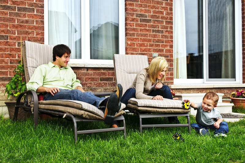 Glückliche Familie, die sich zu Hause entspannt stockfoto