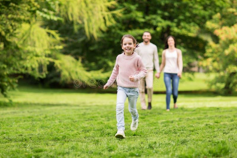 Glückliche Familie, die in Sommerpark geht und Spaß hat lizenzfreie stockbilder