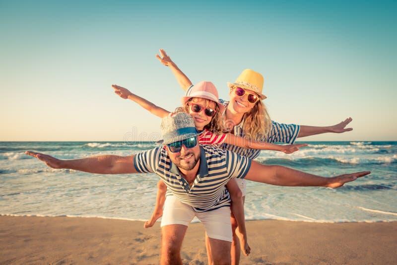 Glückliche Familie, die Spaß auf Sommerferien hat lizenzfreie stockfotos