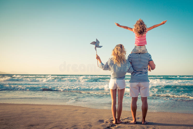 Glückliche Familie, die Spaß auf Sommerferien hat stockfotos