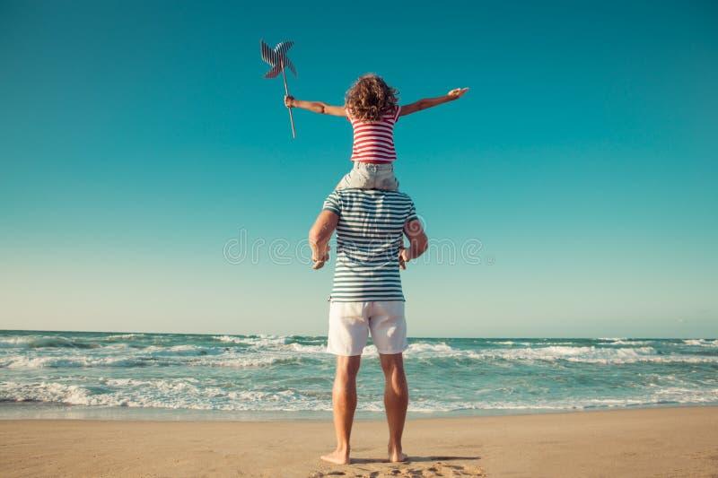 Glückliche Familie, die Spaß auf Sommerferien hat lizenzfreie stockfotografie