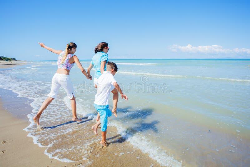 Glückliche Familie, die Spaß in der Sommerfreizeit hat lizenzfreies stockfoto