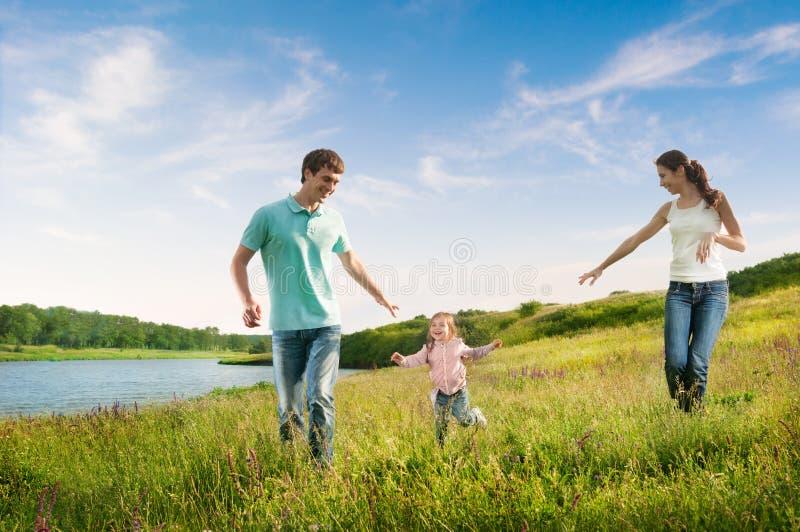 Glückliche Familie, die Spaß draußen hat lizenzfreie stockfotografie