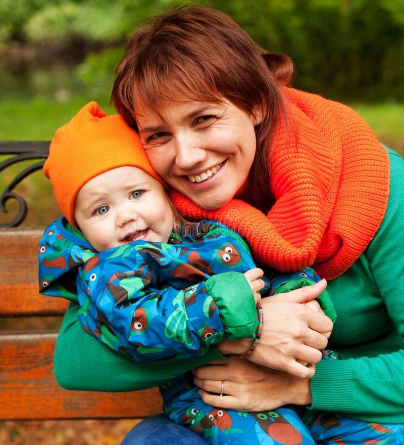 Glückliche Familie, die Spaß im Herbstpark hat lizenzfreie stockbilder