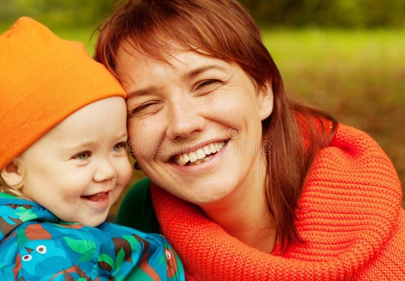 Glückliche Familie, die Spaß im Herbstpark hat stockfotografie