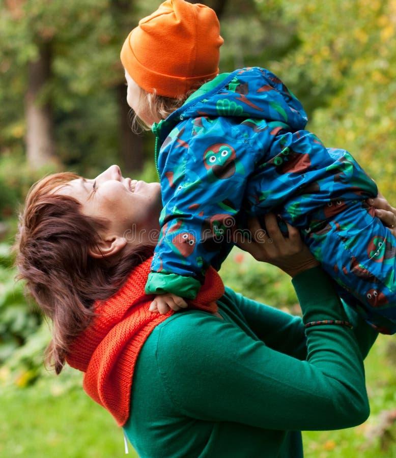 Glückliche Familie, die Spaß im Herbstpark hat stockfoto