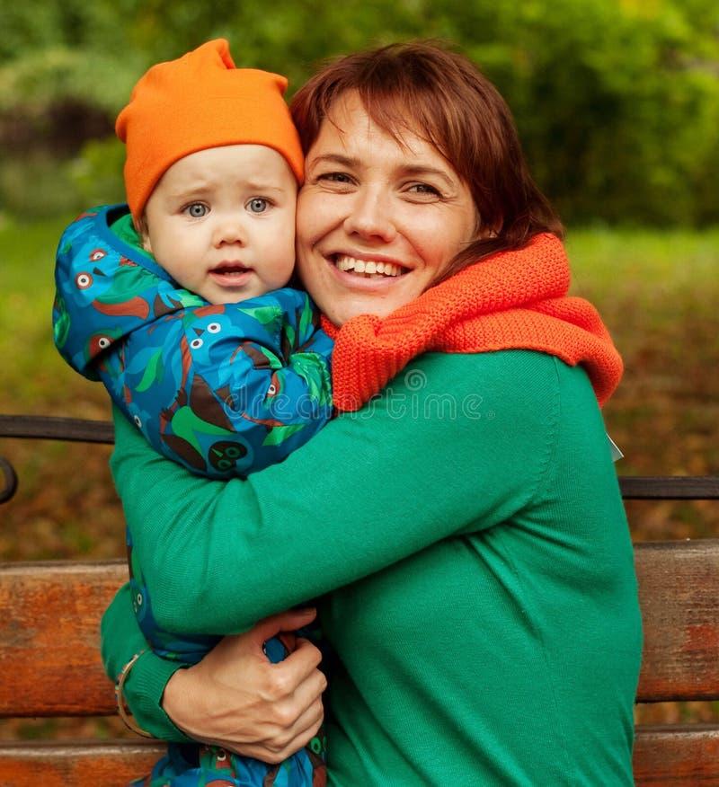 Glückliche Familie, die Spaß im Herbstpark hat lizenzfreies stockbild