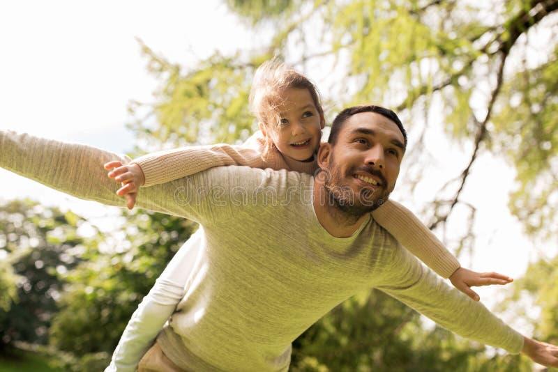 Glückliche Familie, die Spaß im Sommerpark hat lizenzfreie stockfotos