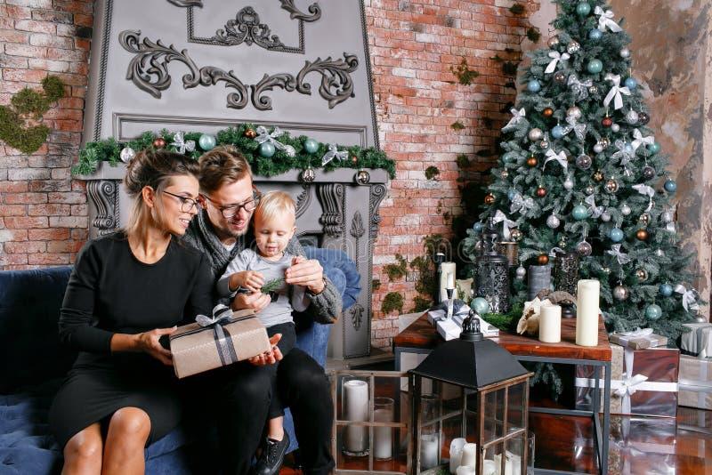 Glückliche Familie, die Spaß zu Hause hat Im Dachbodenraum mit Backsteinmauer Junge Eltern mit kleinem Sohn Vater, Mutter und ihr lizenzfreie stockbilder