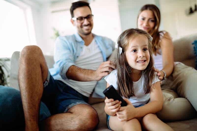 Glückliche Familie, die Spaßzeit zu Hause hat lizenzfreies stockfoto