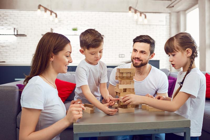 Glückliche Familie, die zu Hause Brettspiele spielt stockfotos