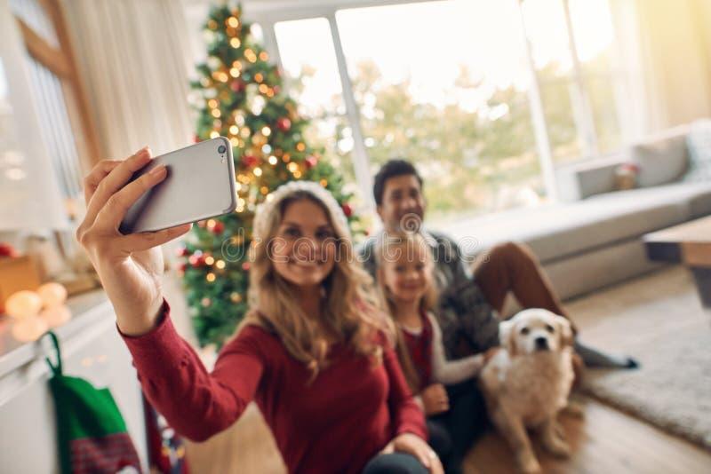 Glückliche Familie, die zu Hause Selbstporträt während des Weihnachten nimmt stockbilder