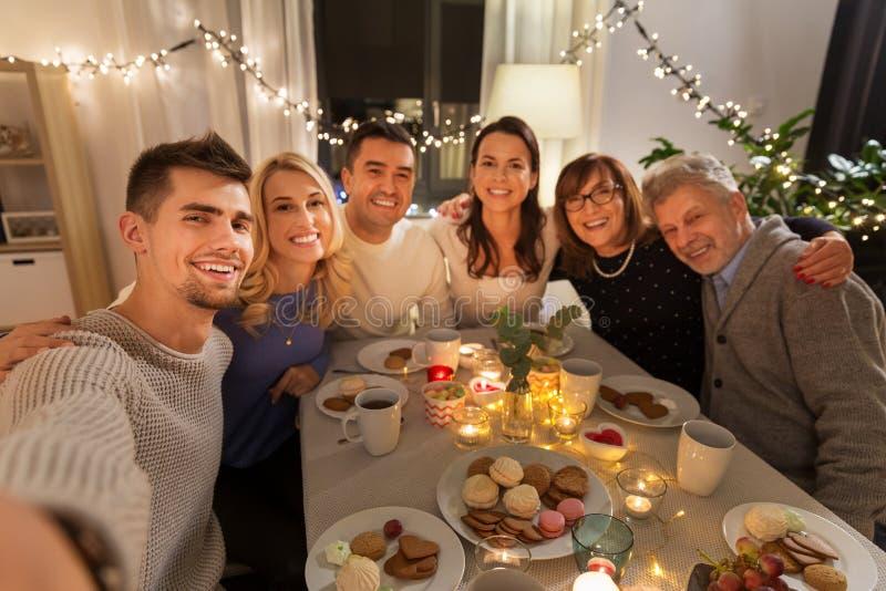 Glückliche Familie, die zu Hause selfie an der Teeparty nimmt stockfoto