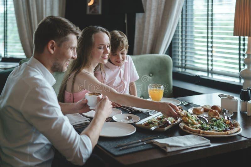 Glückliche Familie, die zu Mittag isst stockfotos