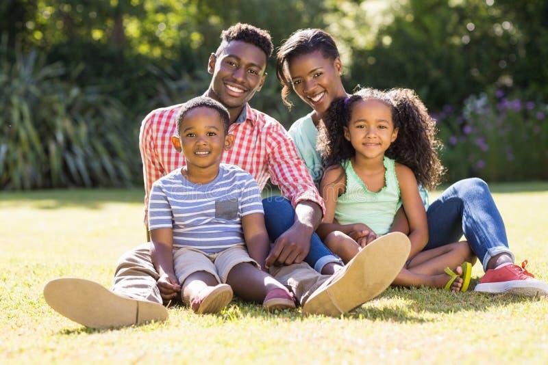 Glückliche Familie, die zusammen aufwirft stockfotos