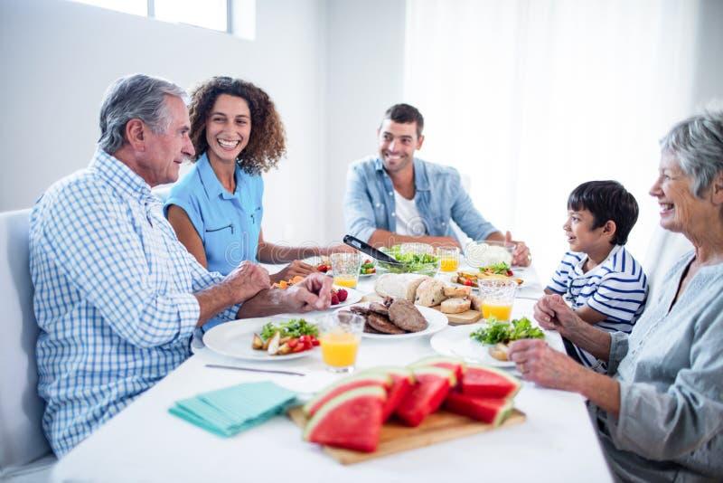 Glückliche Familie, die zusammen frühstückt lizenzfreie stockbilder