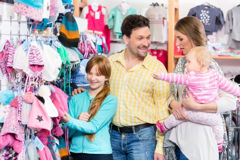 Glückliche Familie, die zusammen kauft lizenzfreies stockbild