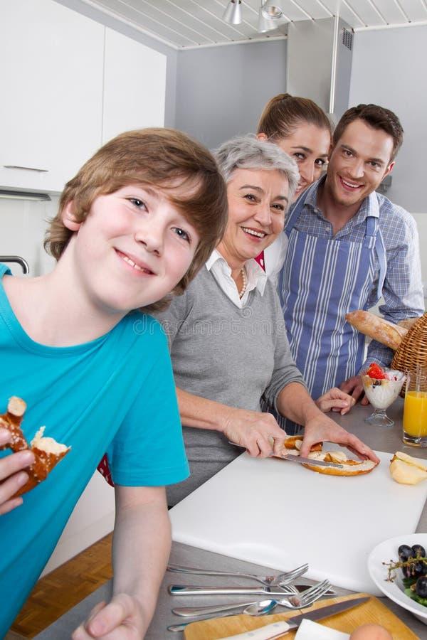 Glückliche Familie, die zusammen kocht stockfotos