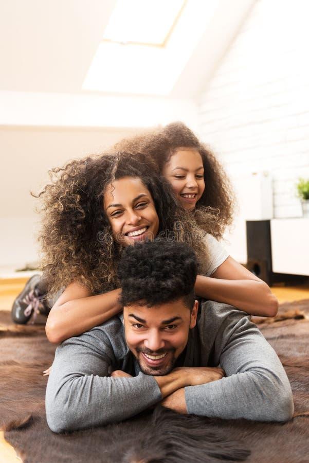 Glückliche Familie, die zusammen lächelt und genießt stockbild