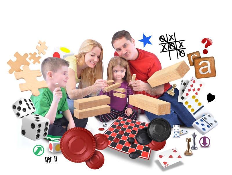 Glückliche Familie, die zusammen Spiele auf Weiß spielt stockfotografie