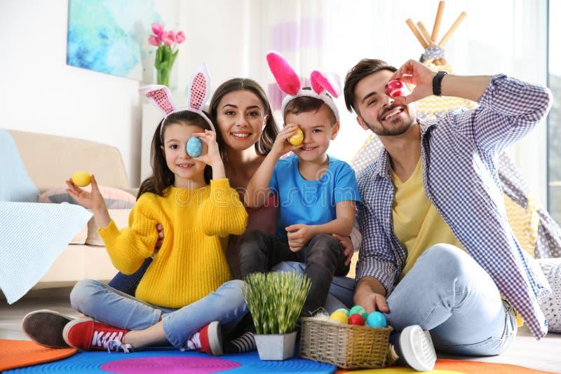 Glückliche Familie, die zusammen Zeit während Ostern-Feiertags verbringt lizenzfreies stockfoto