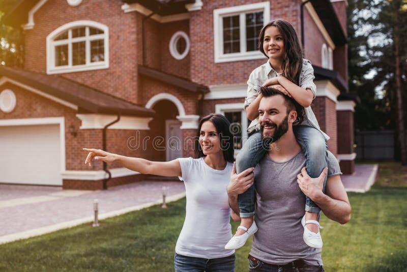 Glückliche Familie draußen stockfoto