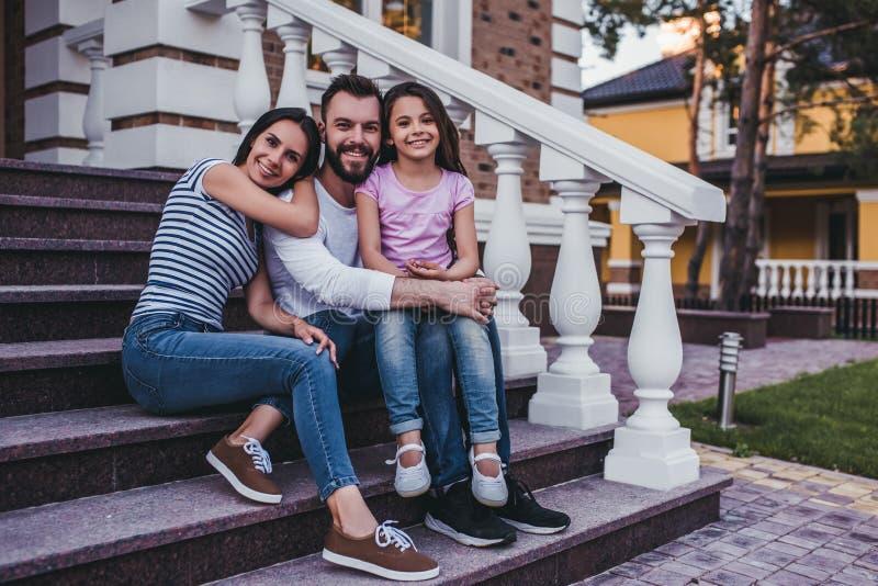 Glückliche Familie draußen lizenzfreie stockbilder