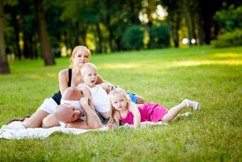 Download Glückliche Familie In Einem Park Stockbild - Bild von relax, lächeln: 26365013