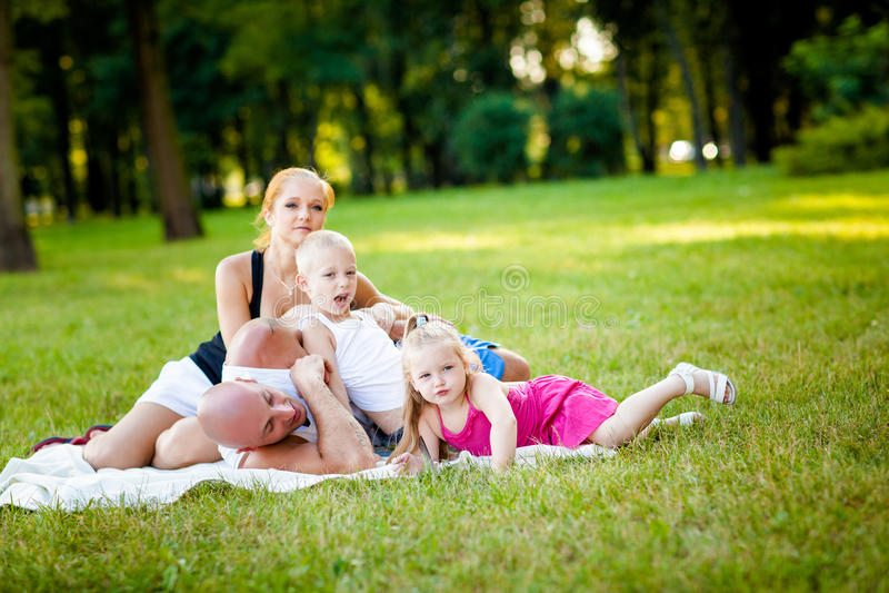 Download Glückliche Familie In Einem Park Stockbild - Bild von wiese, relax: 26366441