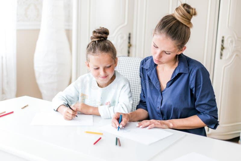 Glückliche Familie  Erwachsene Frau hilft dem Kindermädchen lizenzfreie stockfotos